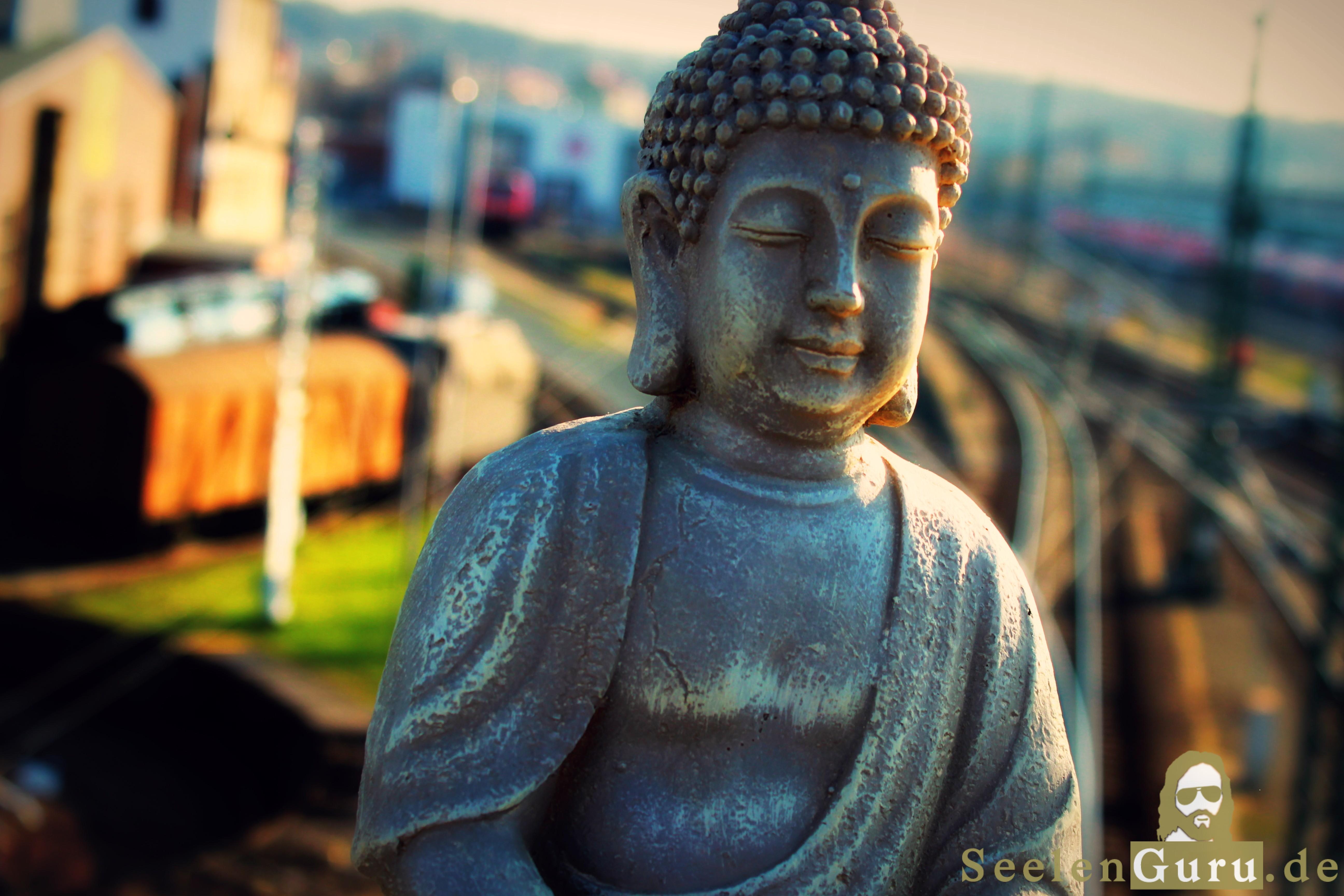 Der moderne Buddha vor den Gleisen.