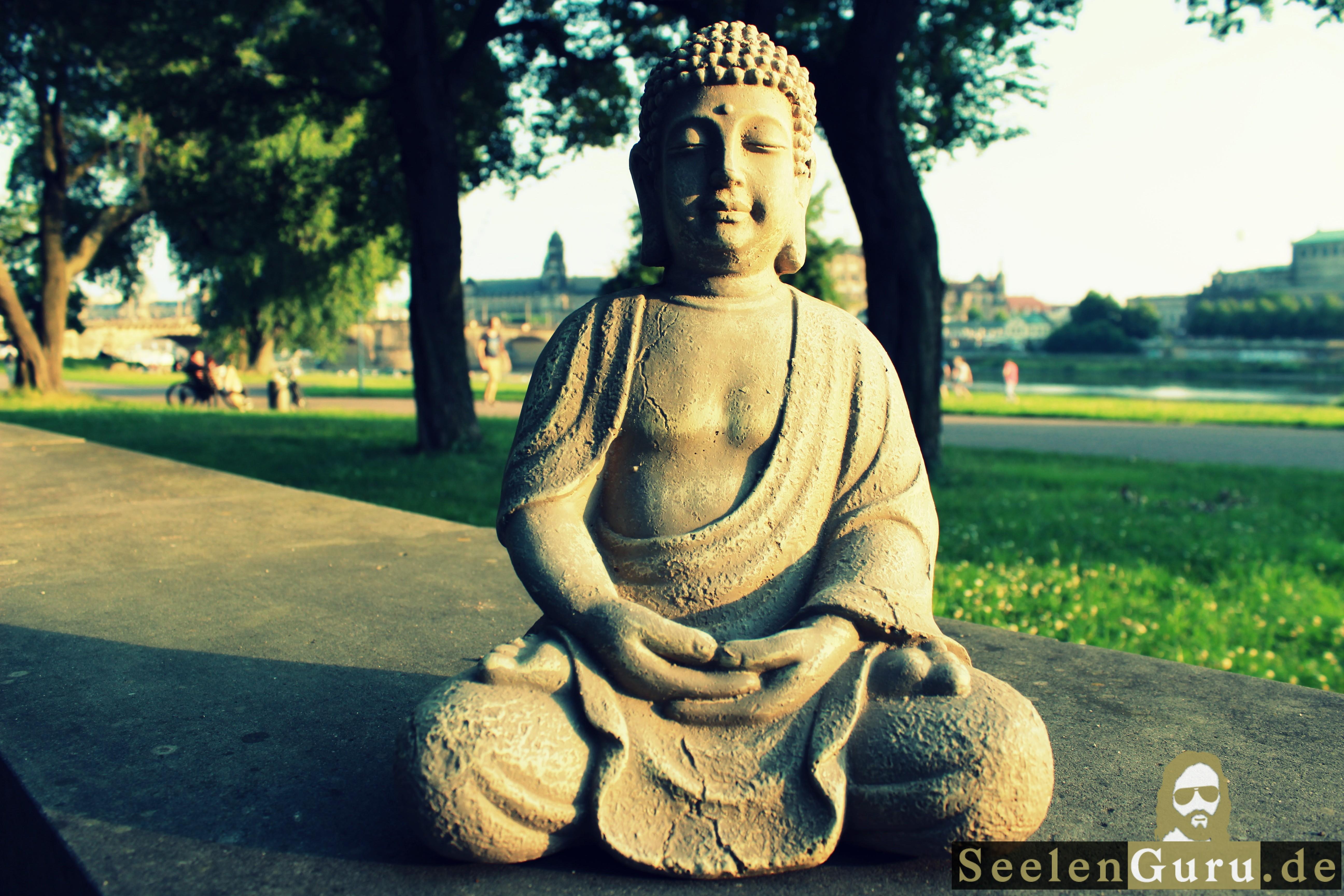 Dresden: Buddha beim meditieren an der Elbe