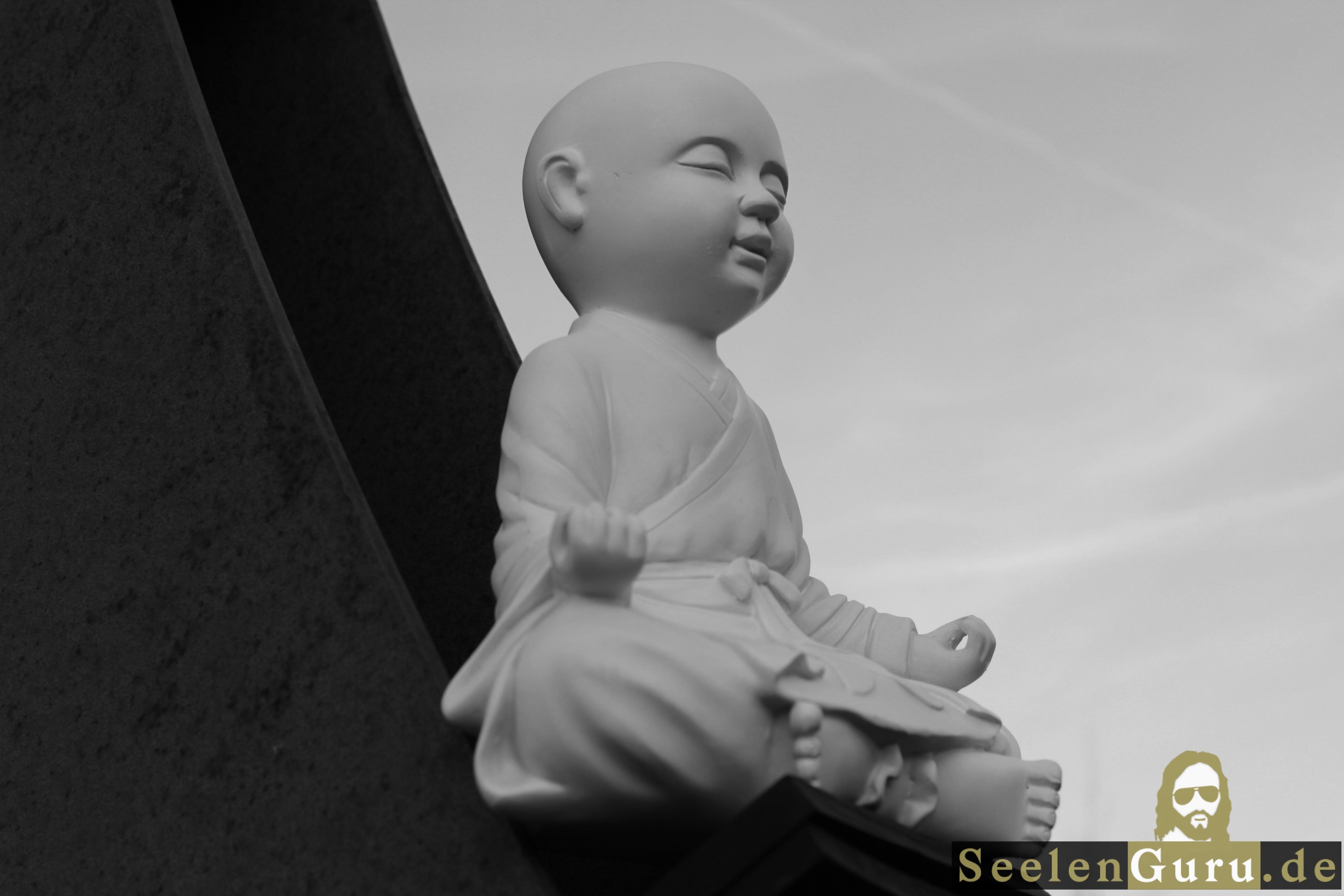 Meditierender Buddha in schwarz-weiß.
