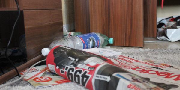 Flaschen wurden aus Trotz auf dem Boden geschmissen