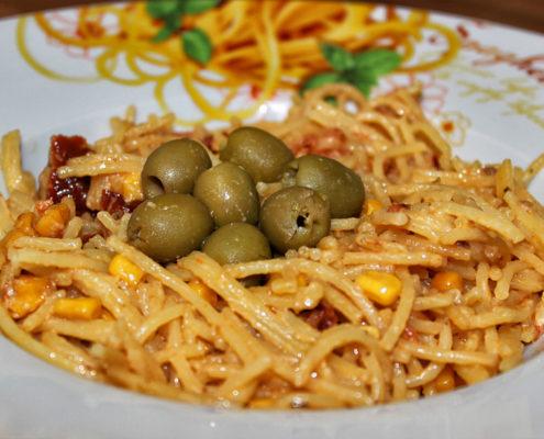 Glutenfreie Spaghetti und getrocknete Tomaten