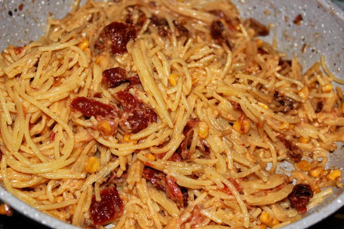 Glutenfreie Spaghetti mit getrockneten Tomaten in Pfanne