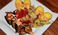 Ofenkartoffel mit Salat, Aubergine und Cocktailsauce - vegan und glutenfrei