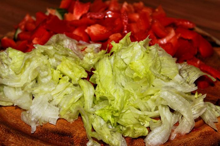Salat, Paprika und Tomaten geschnitten