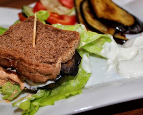 Veganes glutenfreies Sandwich mit Aubergine