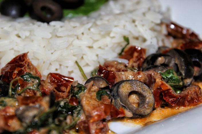 Getrocknete Tomaten mit Oliven in Kokosmilch