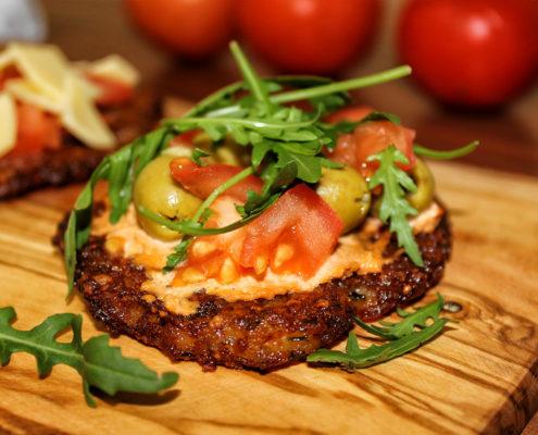Katroffelpuffer-Pizza mit Oliven - vegan & glutenfrei