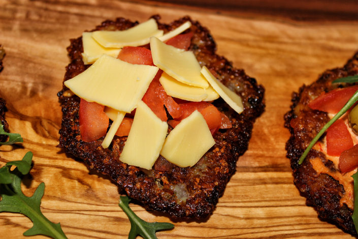 Katroffelpuffer-Pizza mit veganen Käse - glutenfrei
