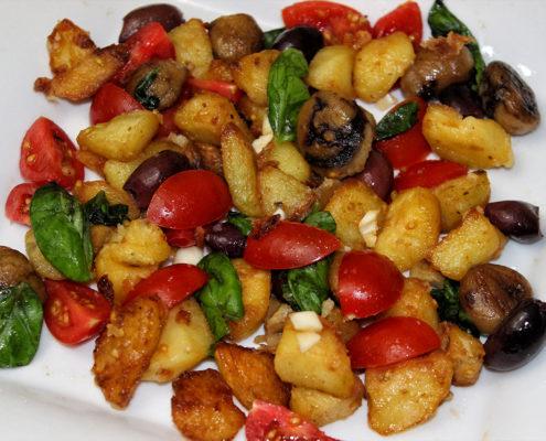 Oliven Kartoffelecken Salat mit Basilikum - vegan, glutenfrei & zuckerfrei
