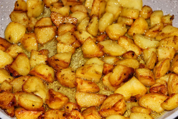 Fritierte Kartoffelecken geschält