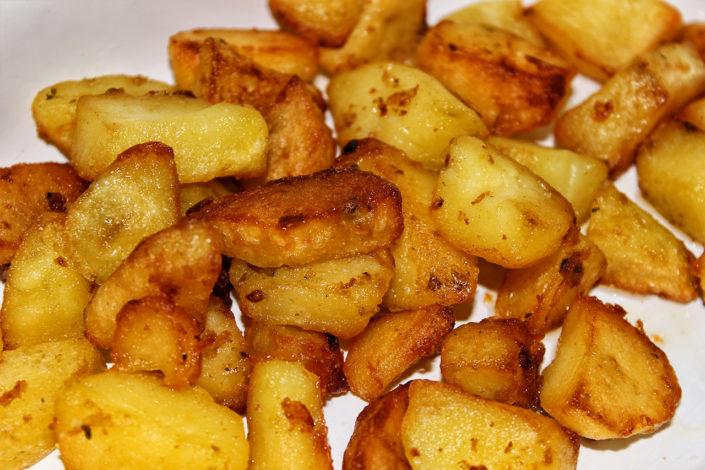 Fritierte Kartoffeln für Salat