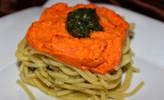 Geschichtetes Spaghetti-Pesto-Nest - vegan & glutenfrei