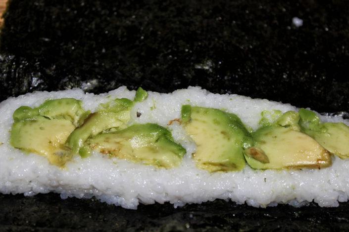 Sushi rollen mit Avocado