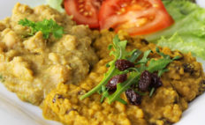 Rote-Linsen-Currymit Rosinen und Kokosmilch - afrikanischer algerischer Art - vegan