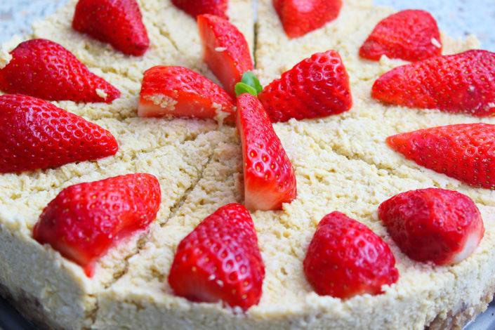 Sommerliche Kokostorte mit Erdbeeren - vegan, glutenfrei, zuckerfrei & rohkost